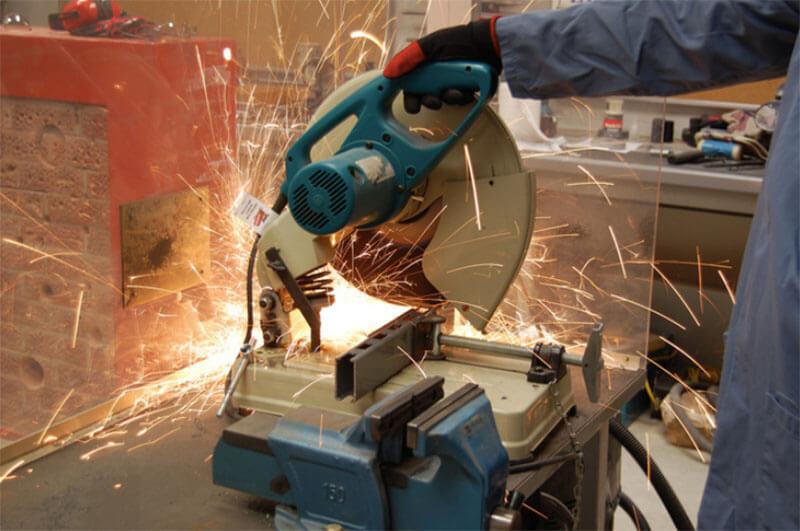 Những lưu ý khi sử dụng máy cắt sắt Makita LW1401