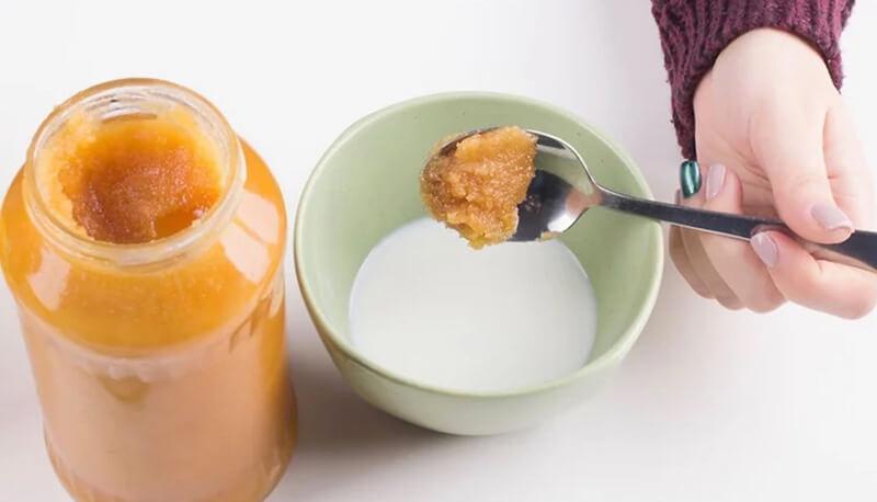 Trộn sữa với mật ong.