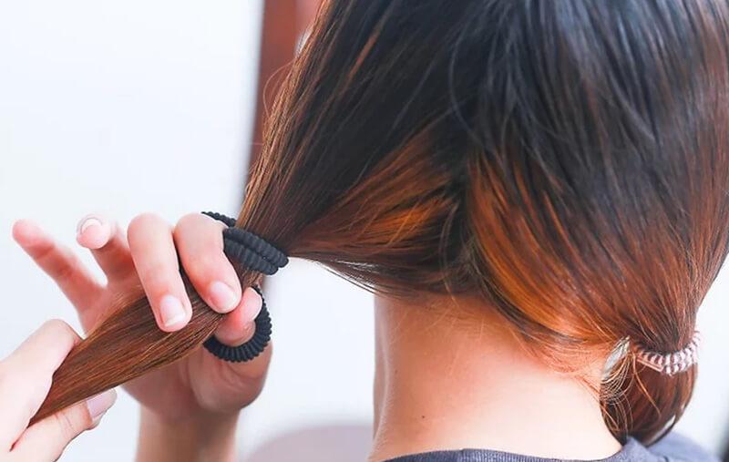 Tránh để các kiểu tóc làm căng tóc bạn, như là thắt bím đuôi ngựa chặt.