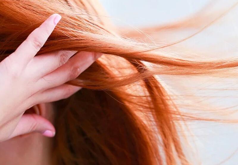 Hong khô tóc và dùng máy sấy ở mức nhẹ.