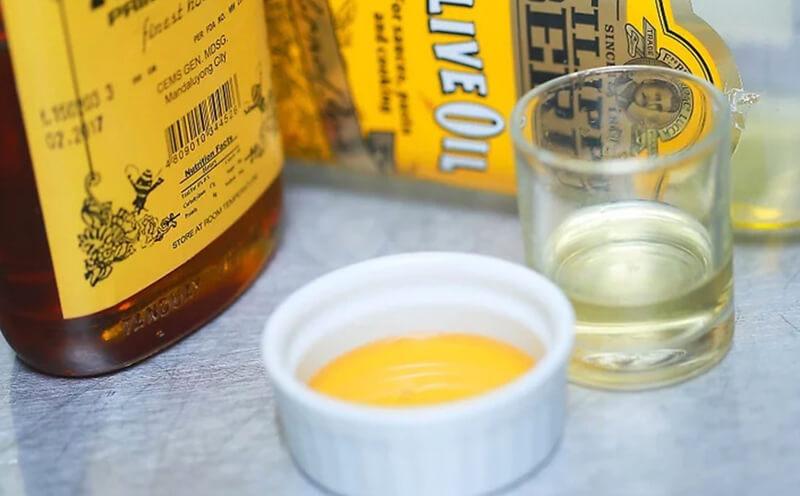 Làm dầu dưỡng tóc với mật ong và dầu ôliu.