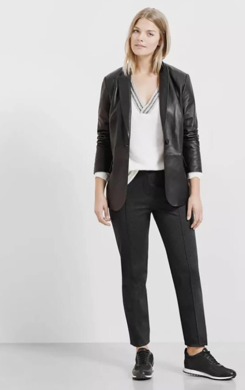 Mặc một chiếc áo khoác tối màu với quần jean đen