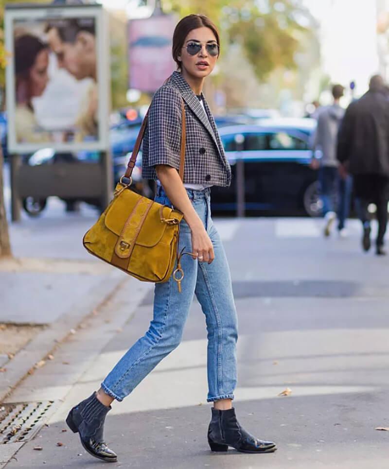Mặc áo khoác kết hợp quần jean