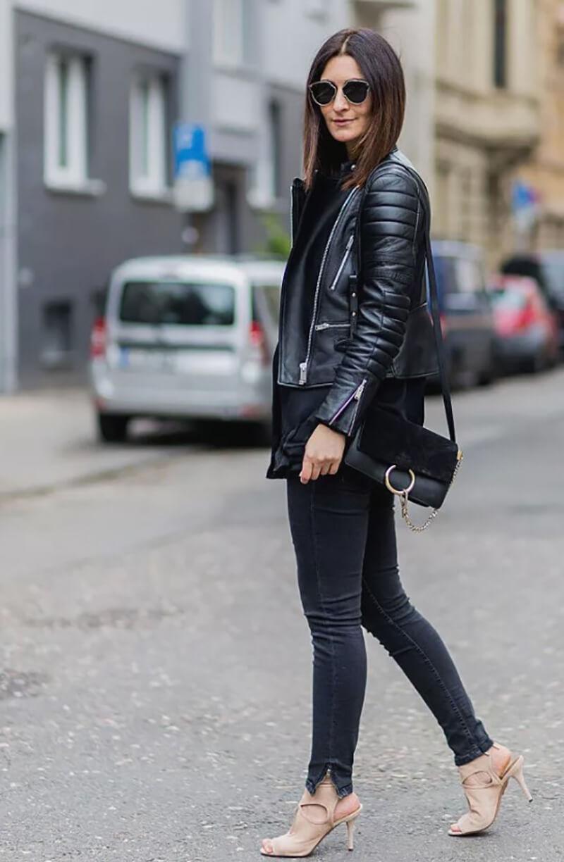 Áo khoác da biker, quần jeans đen với giày cao gót