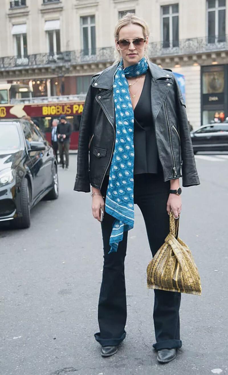 Áo khoác da, quần jeans ống loe, khăn choàng dài
