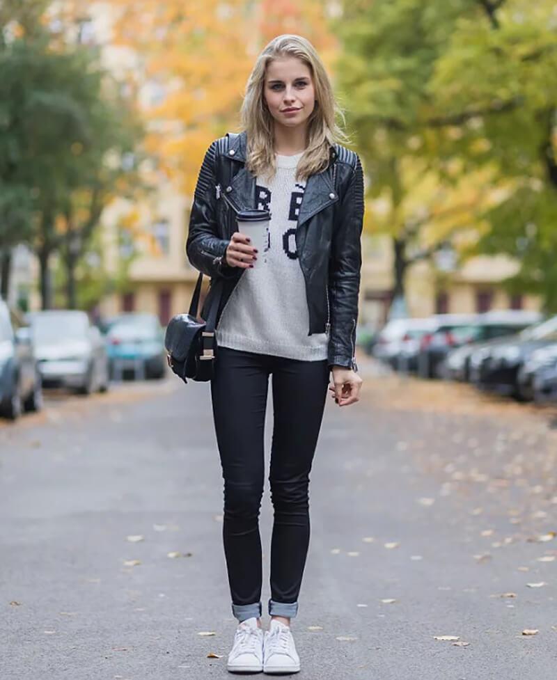 Quần jeans đen, khoác da biker và áo họa tiết