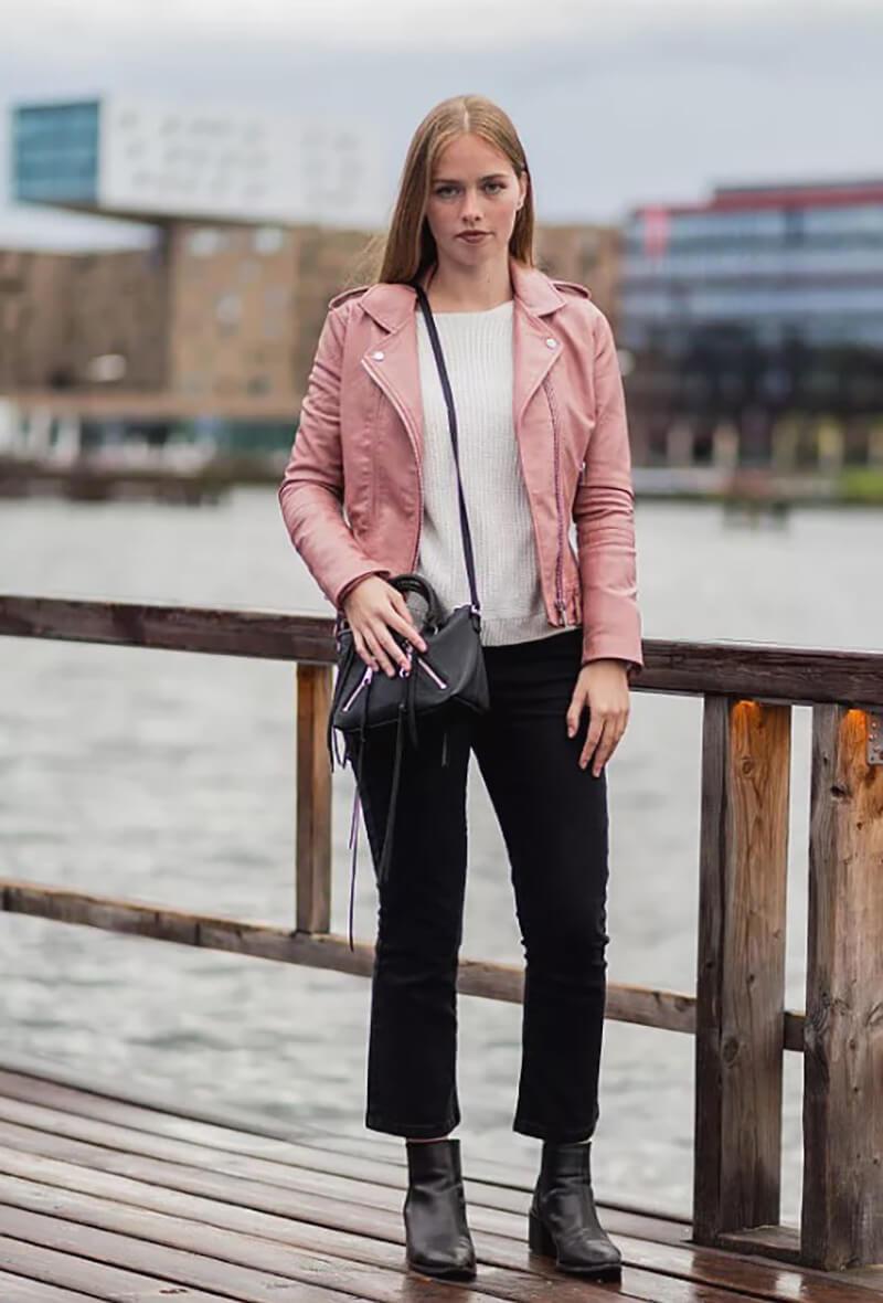 Khoác da màu hồng và quần jeans lửng