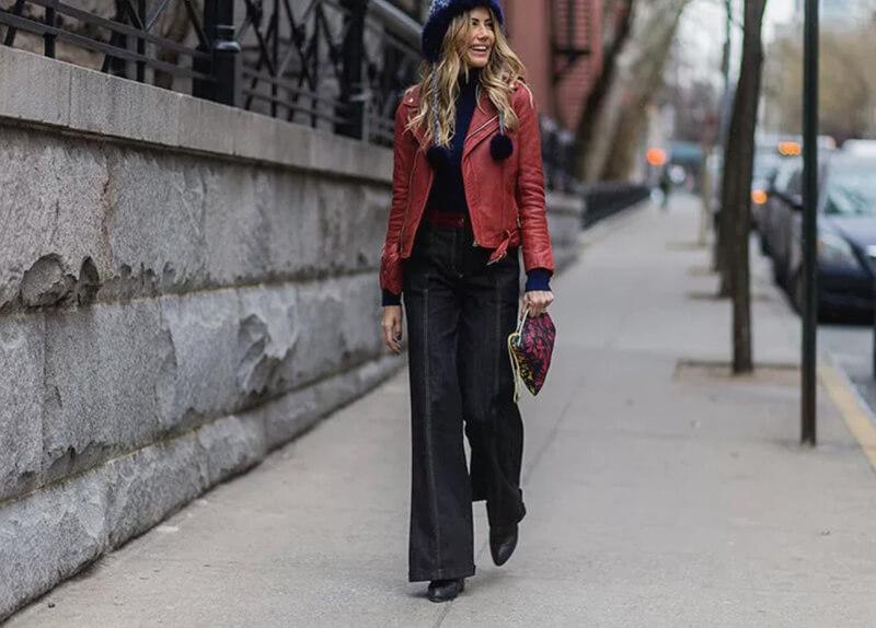 Khoác da đỏ và quần jeans ống loe