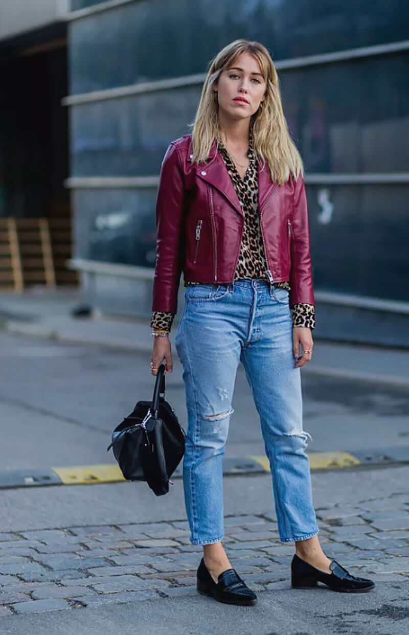 Phối áo khoác da màu đỏ và quần boyfriend jeans rách