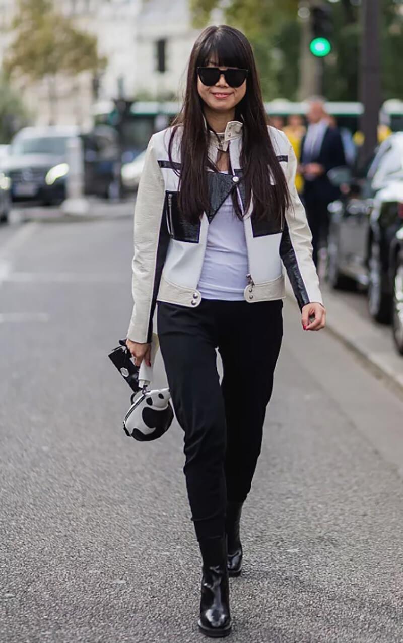 Quần jeans đen và áo khoác da trắng