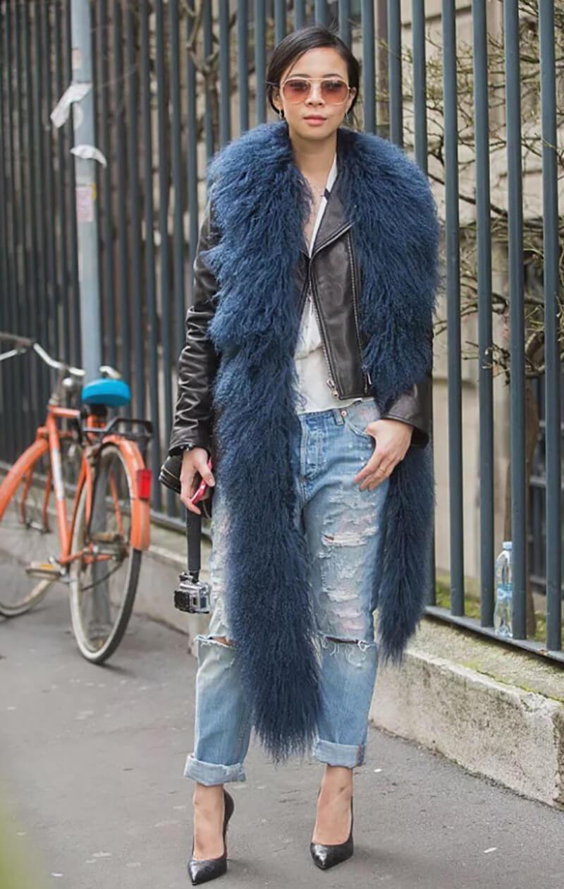 Khăn choàng lông thú giả, áo khoác da và quần jeans rách