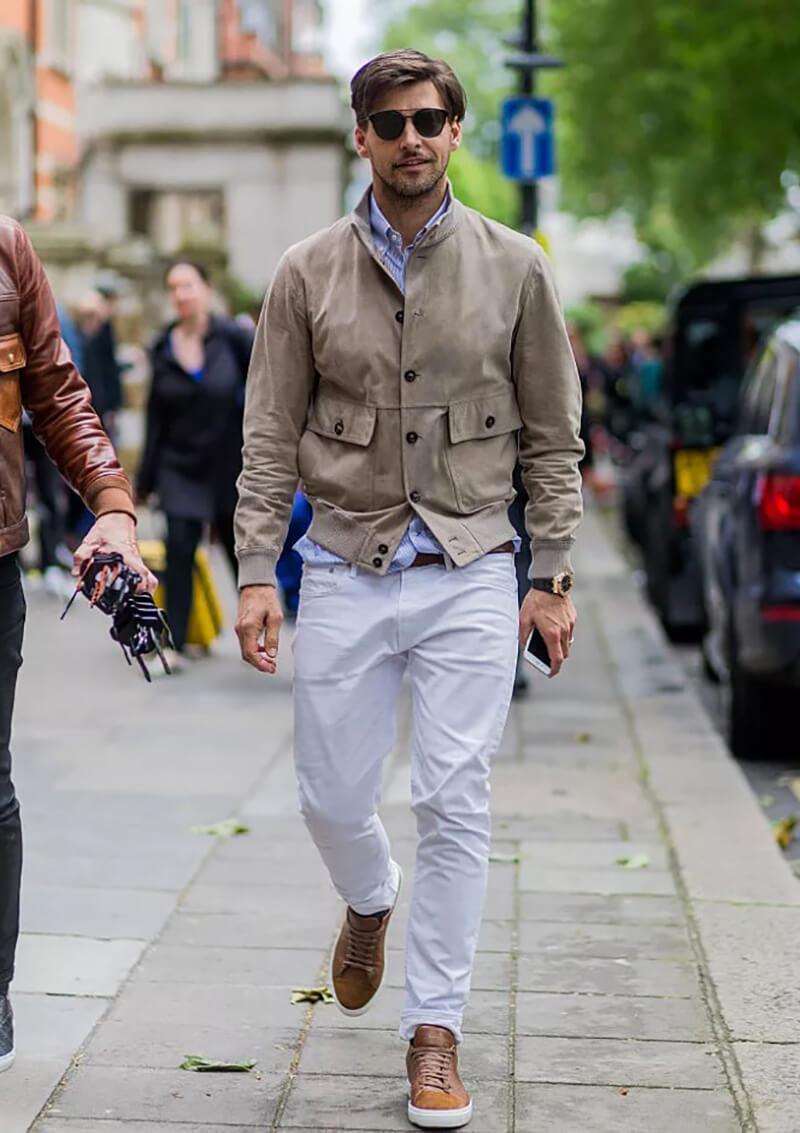Quần jean trắng và áo khoác kaki – trang phục hẹn hò