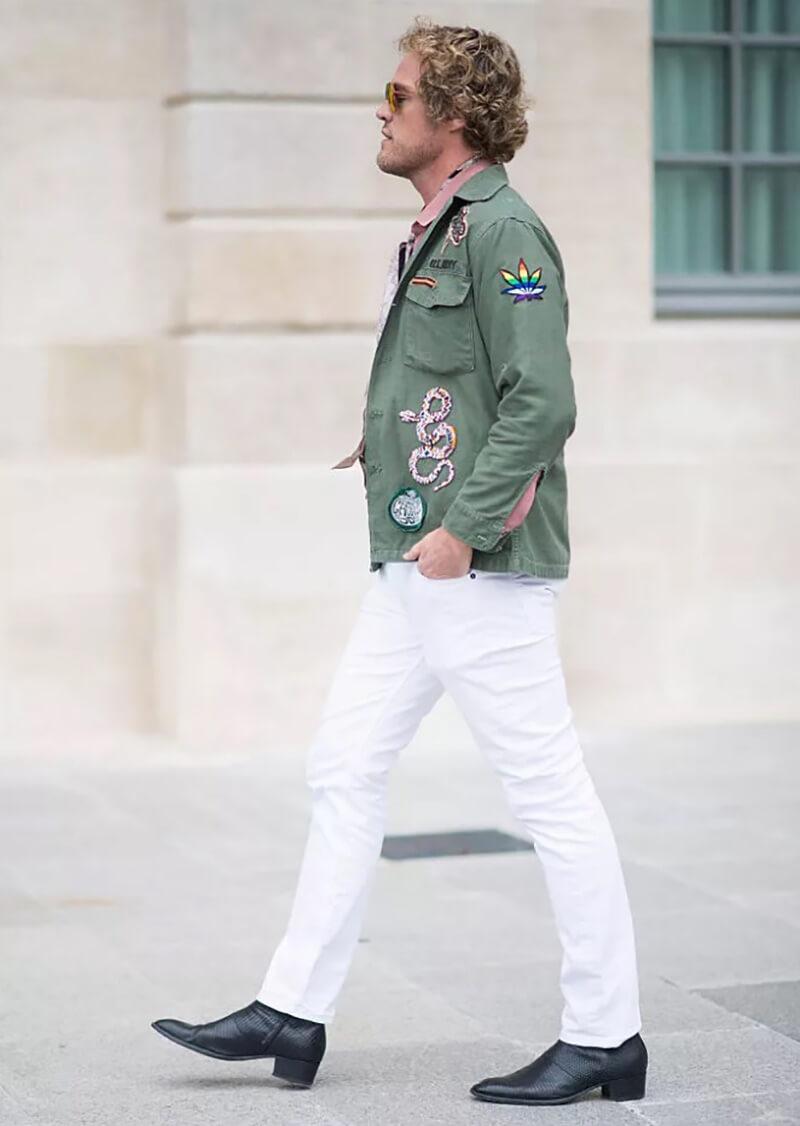 Áo khoác quân đội và quần jean trắng