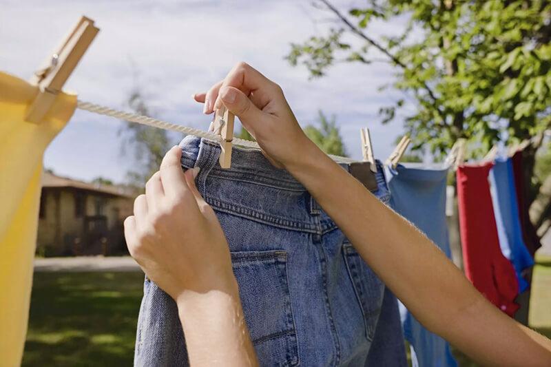 Để quần jeans khô tự nhiên