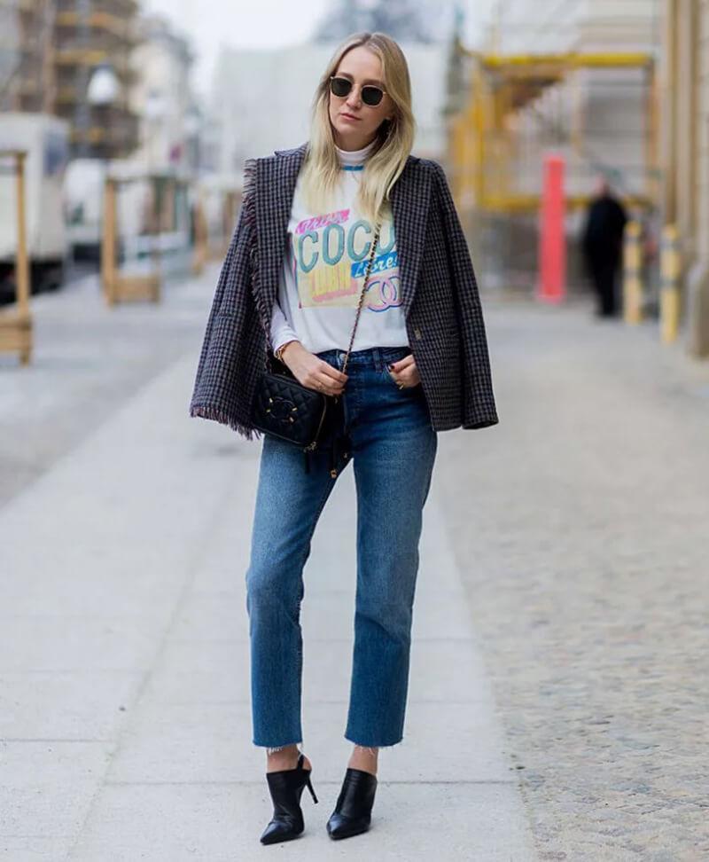 Mặc quần jeans basic với phong cách layer đơn giản