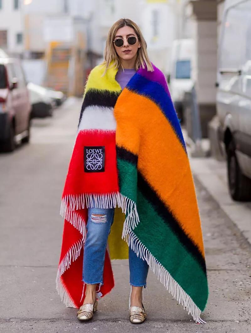 Phối quần jeans cơ bản với áo nhiều màu sắc sặc sỡ