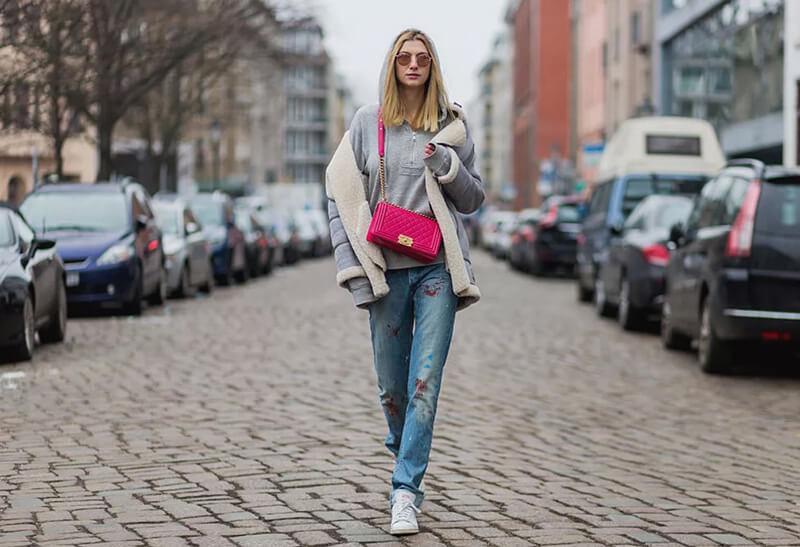 Mặc quần jeans basic với một chiếc túi Chanel