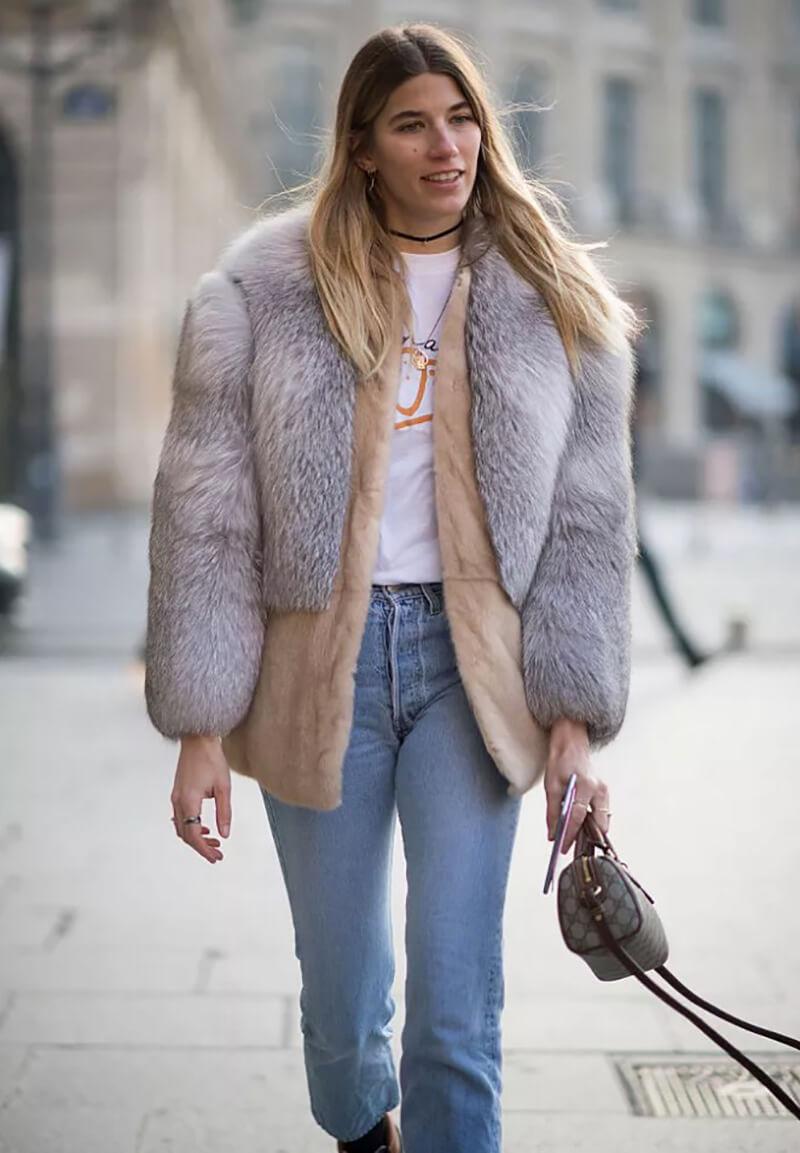 Phối quần jeans basic với một chiếc áo khoác lông thú giả