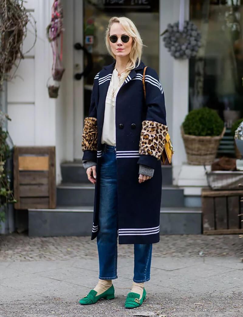 Mặc quần jeans basic với một chiếc áo khoác đắt tiền