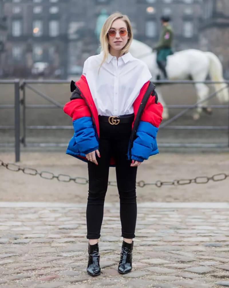 Phối quần jeans basic với một chiếc áo khoác phồng nhiều màu sắc
